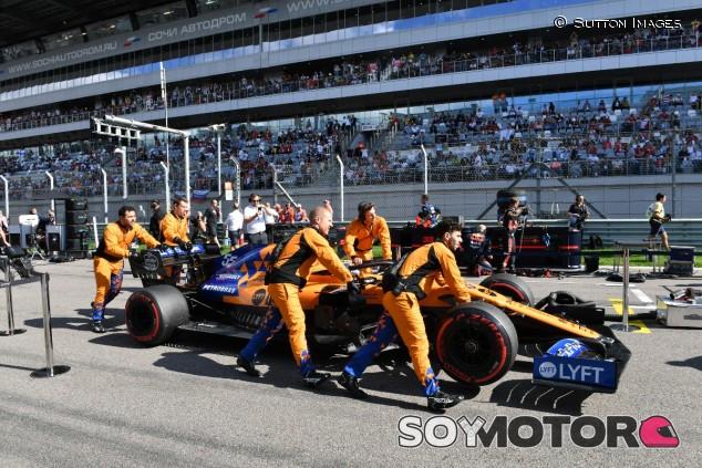 Carlos Sainz en la parrilla de salida de Sochi - SoyMotor