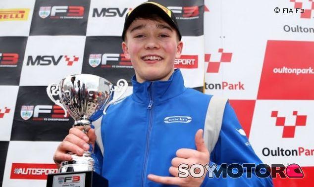 Billy Monger en el podio - SoyMotor.com