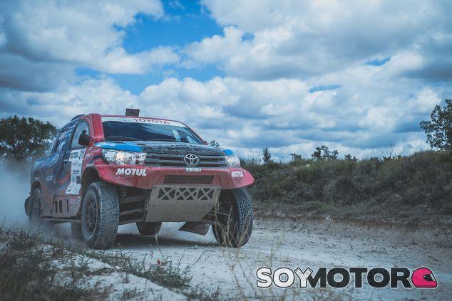 Copilotamos a Nani Roma en el Toyota Hilux T1 V8 con el que prepara el Dakar 2018