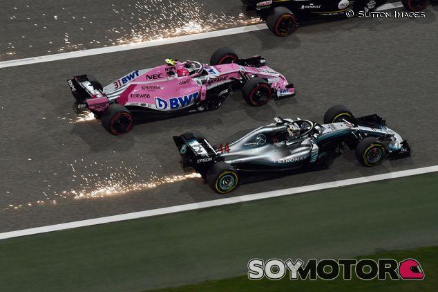 Esteban Ocon y Lewis Hamilton en Sakhir - SoyMotor.com