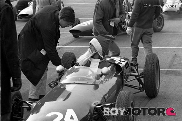 Hombre disfrazado de Papa Noel en un F3 en Brands Hatch en 1962 - SoyMotor.com