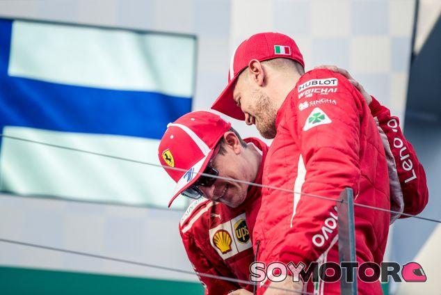 Kimi Räikkönen y Sebastian Vettel en el podio del GP de Australia F1 2018 - SoyMotor.com