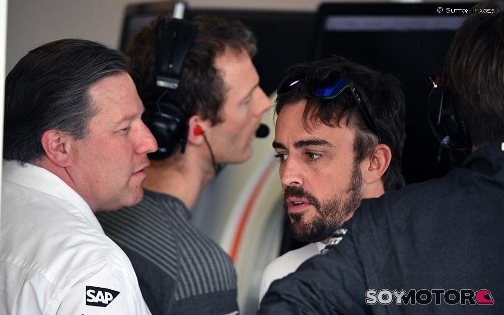 """Brown, """"desesperado"""" por renovar a Alonso: """"Tiene cinco años más"""" Alonso-brown-mclaren-renovacion-f1-soymotor"""