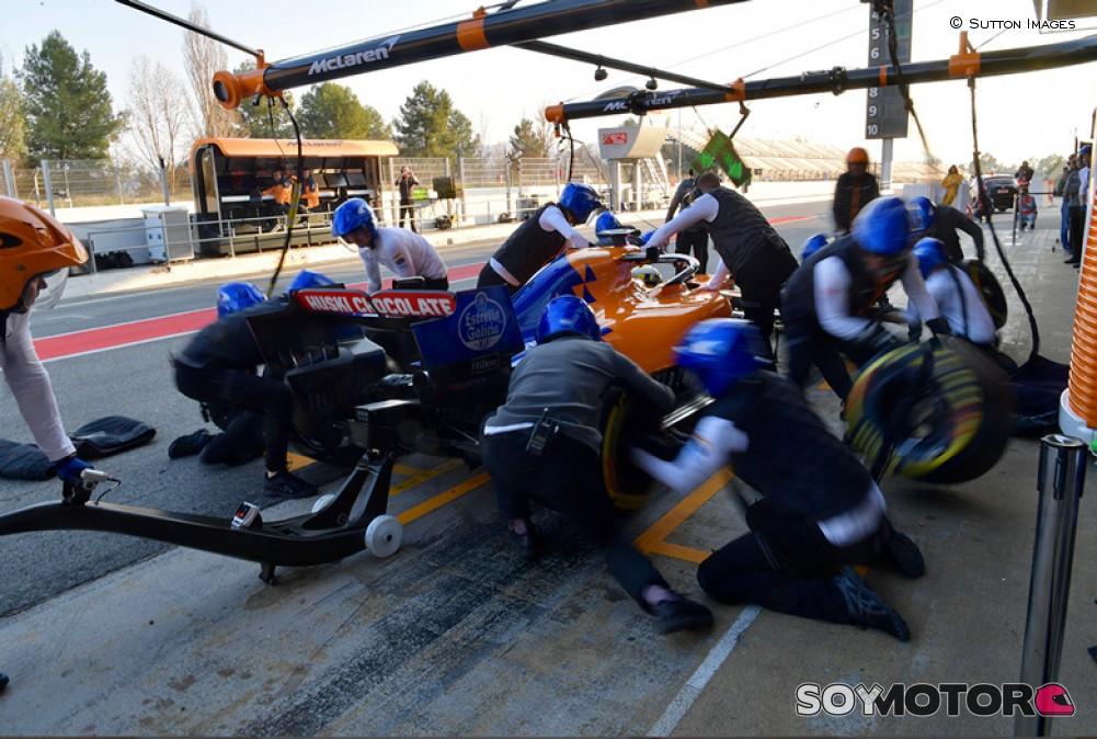 Un incendio en el box de McLaren deja tres heridos en Barcelona