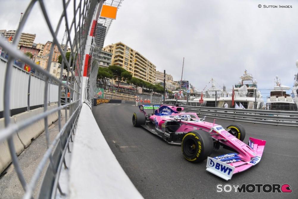 Checo Pérez, cerca de atropellar a oficiales en GP de Mónaco