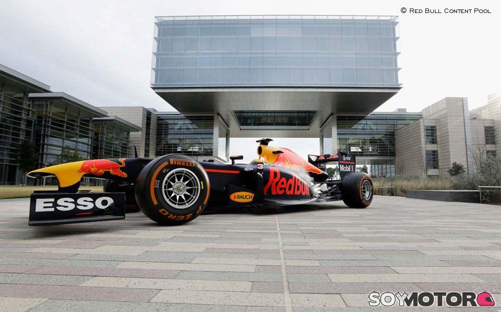 Los nuevos sponsors de red bull ya lucen en una exhibici n for Mega motors houston tx