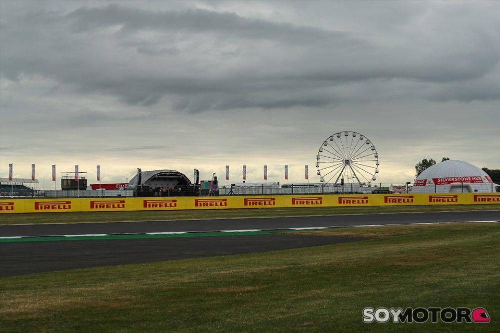 Pole para Hamilton, decimotercero puesto para Alonso y decimoquinto para Sainz