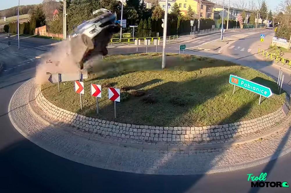 Terrorífico accidente en Polonia: un coche vuela por encima de una rotonda