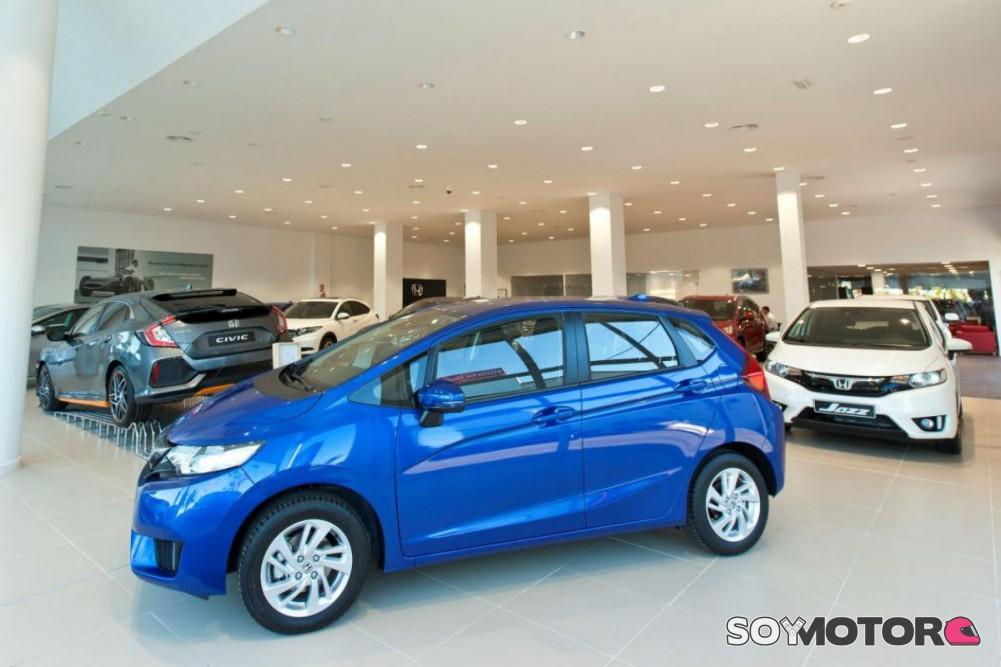 2847ff693 La inestabilidad política y de la normativa hacen que los clientes no sepan  qué coche comprar