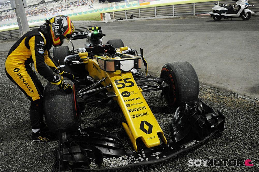 Sainz, obligado a abandonar por un neumático mal ajustado