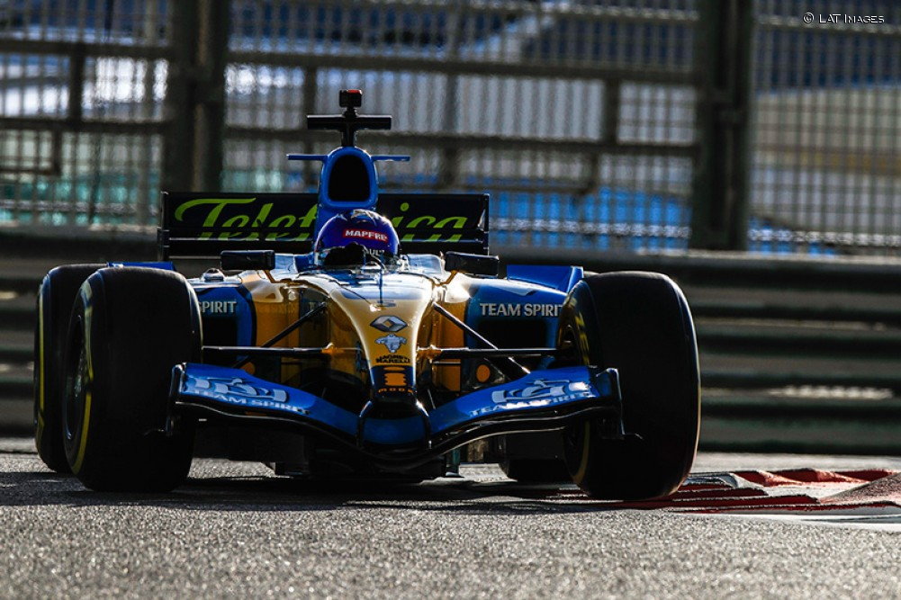 Exhibición de Alonso al volante del R25 en Yas Marina - SoyMotor.com