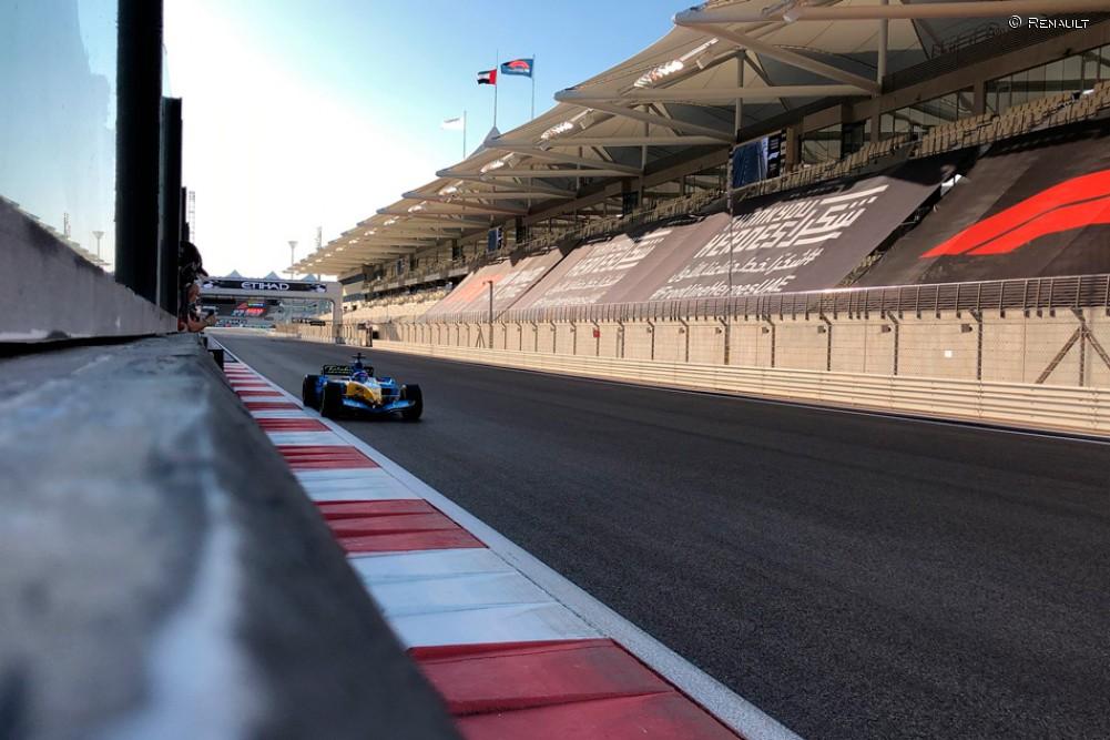 Alonso prueba el Renault R2 en Yas Marina - SoyMotor.com