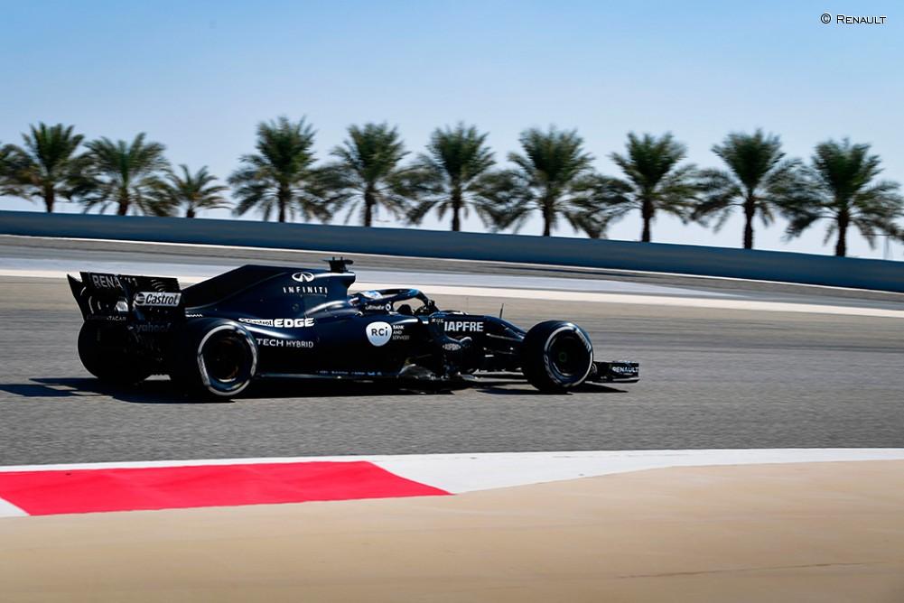 Fernando Alonso, en su test con el Renault RS18 en Baréin - SoyMotor.com