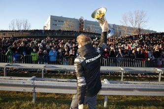 Nico Rosberg comparte el trofeo con la afición - LaF1