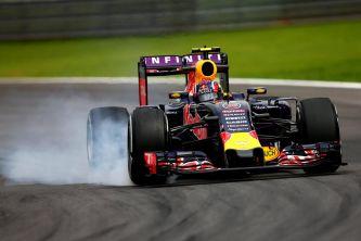 En Interlagos es fácil ver a los pilotos pasándose de frenada, como aquí a Kvyat - LaF1