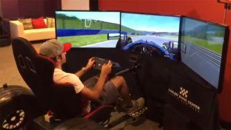 Carlos Sainz en el simulador del Carlos Sainz Center - LaF1