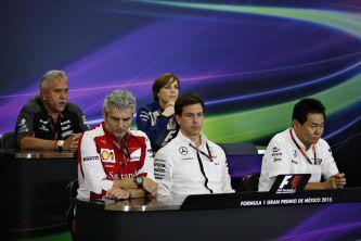 Arrivabene, Wolff y Arai sentados en la parte de abajo, y Mallya y Williams, arriba - LaF1