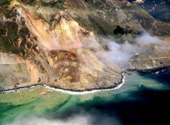 Un alud de tierra y rocas sepulta la Autopista de la Costa Pacífica en California - SoyMotor.com