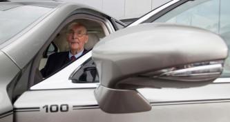 ¿Qué mejor regalo que un coche por tu centenario? - SoyMotor.com