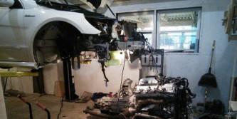 Monta él mismo el motor de su Mercedes-AMG R63 para no arruinarse en el taller - SoyMotor.com