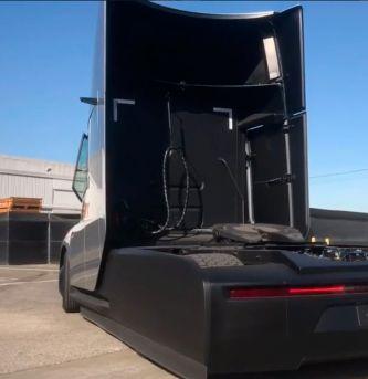 VÍDEO: Así es el camión de Tesla a la luz del día