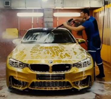 Este BMW M4 de color dorado es el protagonista de este cuestionable vídeo - SoyMotor