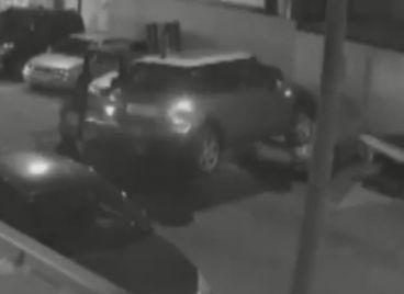 El Mini robado arrastrado por la carretilla antes de ser subido a la grúa - SoyMotor