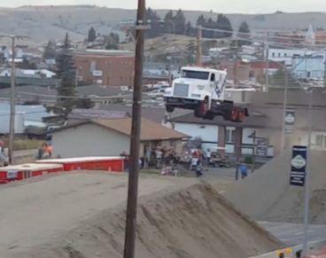 El camión en pleno vuelo tras su salto - SoyMotor