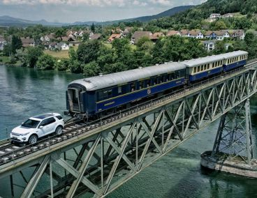 Imagen del Land Rover Discovery Sport tirando del tren en un puente - SoyMotor