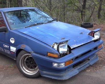 Este Toyota AE86 de tonos azules espera su momento en el parking del trazado - SoyMotor