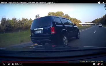 VÍDEO: Frena para asustar a su perseguidor y provoca un grave accidente