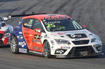 Azcona, quinto en Barcelona, a un suspiro del título de TCR