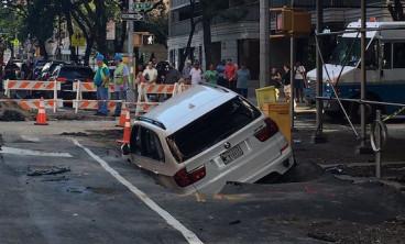 Un socavón se traga un BMW X5 - SoyMotor