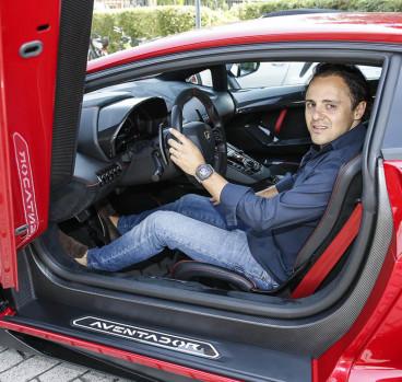 Felipe Massa posa al volante de uno de los Lamborghini Aventador - SoyMotor