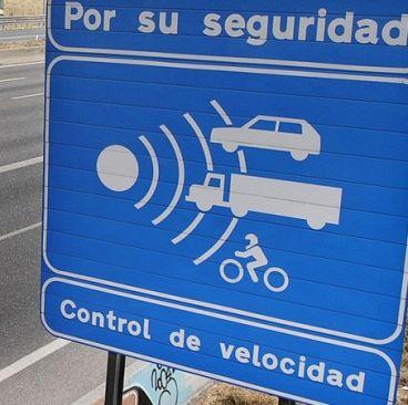 Cartel de aviso de radar en una carretera española – SoyMotor.com