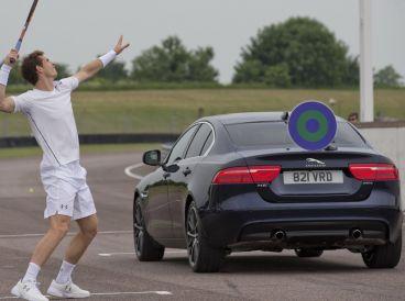 Andy Murray intenta acertar a una diana instalada sobre el Jaguar XE - SoyMotor