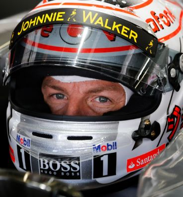 Jenson Button en su MP4-28, luciendo publicidad del Santander en su casco - LaF1