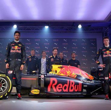 Daniel Ricciardo y Daniil Kvyat posan junto a un RB11 decorado con los colores de 2016 - LaF1