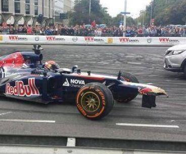 Max Verstappen con el frontal de su Toro Rosso dañado - LaF1