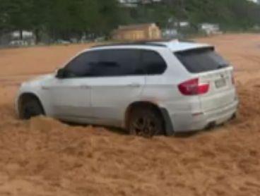 VÍDEO: Un BMW X5 encalla en la playa... ¡Tierra, trágame!