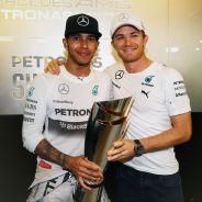 Lewis Hamilton y Nico Rosberg tras la carrera de Abu Dabi - LaF1