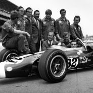 Jim Clark posa junto a Colin Chapman y el resto del equipo Lotus en Indianápolis - LaF1