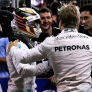 Lewis Hamilton y Nico Rosberg felicitándose al término del Gran Premio de Baréin de este año - LaF1