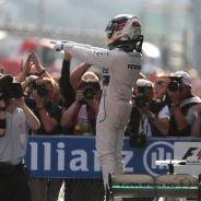 Lewis Hamilton celebra su victoria en Shanghai - LaF1.es