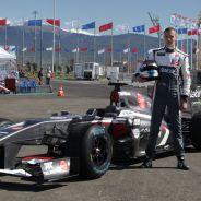 Sergey Sirotkin posa junto al Sauber C31 en Sochi - LaF1