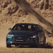 El Hyundai Elantra en pleno ejercicio de evasión - SoyMotor