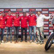 Los cinco pilotos del Himoinsa Racing Team posan en la presentación - SoyMotor