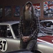 Magnus Walker descansa sobre el capó de su exclusivo Porsche 911 S de 1967 - SoyMotor