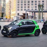 Los nuevos ForTwo coupé, ForTwo Cabrio y ForFour elétricos posan con carrocería negra y verde - SoyMotor