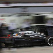Fernando Alonso haciendo un pit-stop en Baréin - LaF1.es